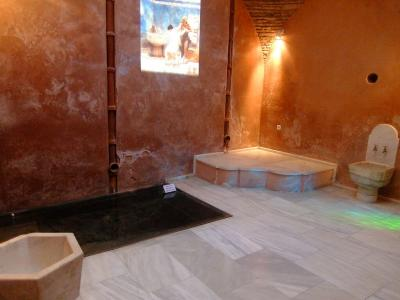 個室浴室の公衆浴場.入場料1euroなのでもし時間があったらどうですか.