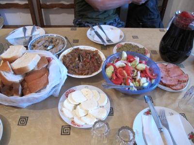 食事は2食15ラリ。ジョージア料理が堪能できます!