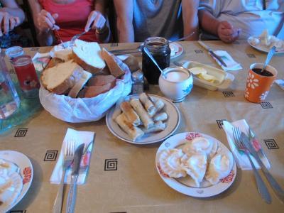 食事は2食15ラリ。朝食。