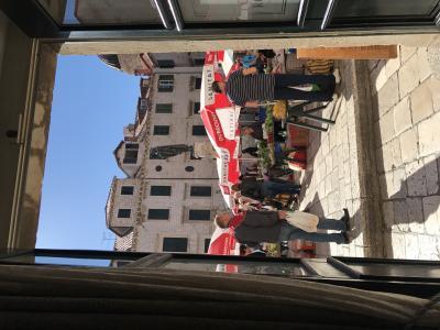 1階朝食レストラン窓から見た風景。青空市場が見えます。