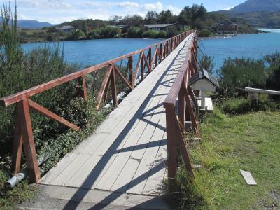 湖畔から橋を歩きます