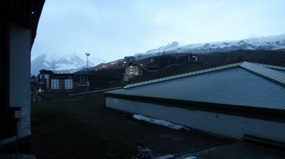 部屋からの眺望。雪山がすぐそば