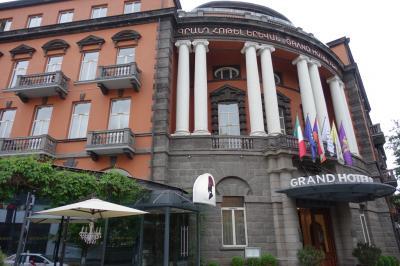 広場に面したホテル