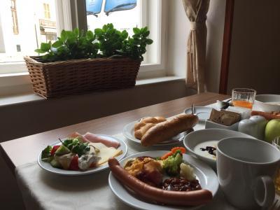 朝食会場。朝陽が差し込みいい雰囲気。