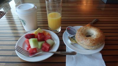 ラウンジの朝食、他にマフィンや卵料理もあります