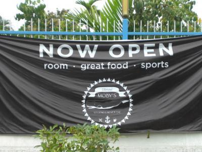 海岸通りに面して掲げられた開店を示す横断幕の案内です。