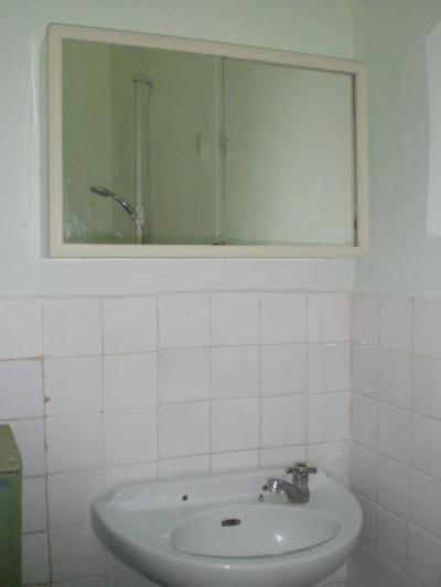 ホテルディリ当時の面影があります。洗面台も年季が入っています