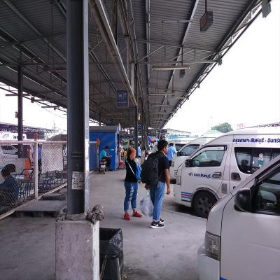 メークロン線路市場、ダムナン・サドワック水上マーケット方面へのミニバスも発着しています