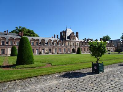 広大な森の中心に建つ、すっきりとした素敵な宮殿