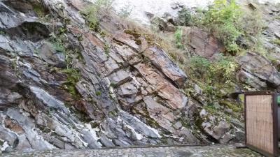 ホテル横は崖