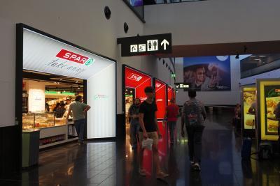 大きすぎず小さすぎず入国審査もスムーズで空港内にスーパーもありとても使いやすい空港です
