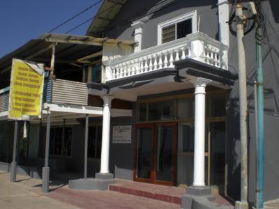 ディリビーチホテルの入口です。海岸通りの建物は格調があります