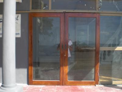 ディリビーチホテルの玄関です。改装中なので入れません。
