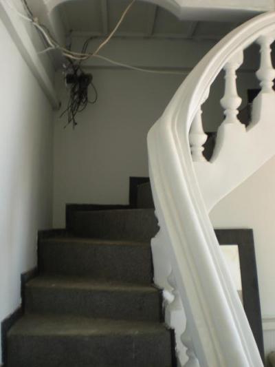 ディリビーチホテルの2階に通ずる階段です。格調を感じます。