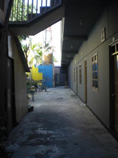 ディリビーチホテルの客室に通ずる廊下と各客室の入口です。