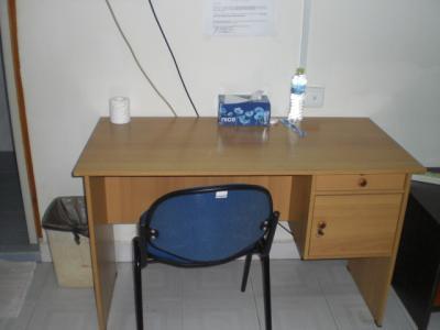 客室内に置かれている机と椅子です。