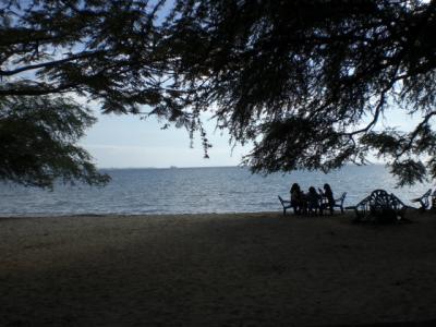 ビーチサイドホテルから見た海岸と西側に広がる海の様子です。