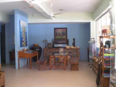 ビーチサイドホテルの入口の右側にある美術品等のコーナーです。