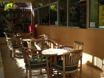 ビーチサイドホテルの建物の横には、洒落たカフェコーナーがあり