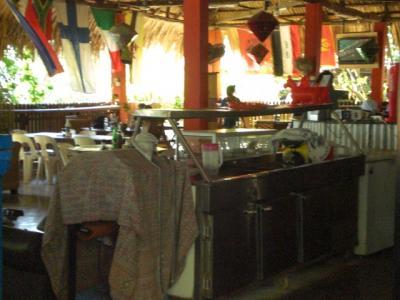 バーとレストランになっていますが、なかなか清潔に保たれていま