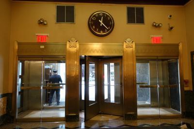 入口入ったところには大きな時計があります。