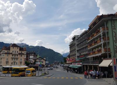 ホテル前の広場。奥に駅。右手手前がホテル。