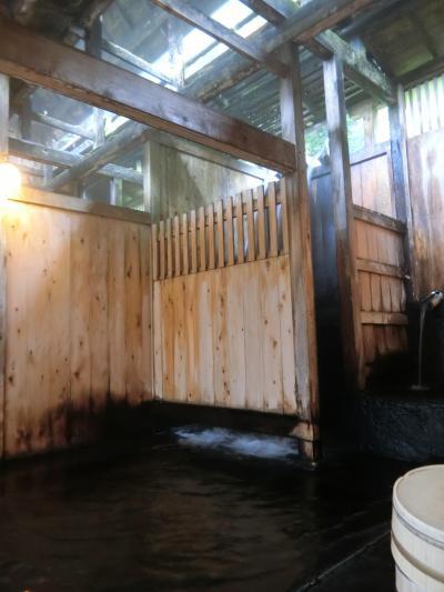 趣ある茅葺き屋根の本陣造りの建物と流量豊富な滝湯が有名な宿