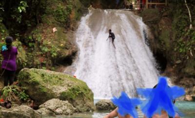 山奥にある秘境?!綺麗な青い湖の滝