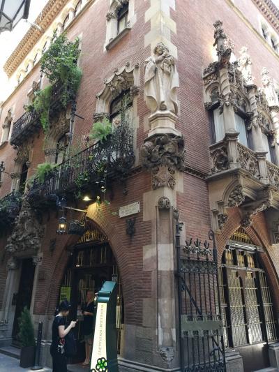 ピカソの通ったお店です。レストランの建物はモデルニスモ建築です。