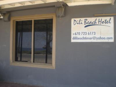 ディリ ビーチ ホテルの玄関の標識です。全く変わっていません