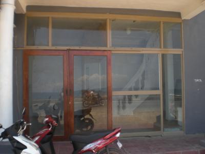 ディリ ビーチ ホテルの玄関です。改修工事は進んでいません。