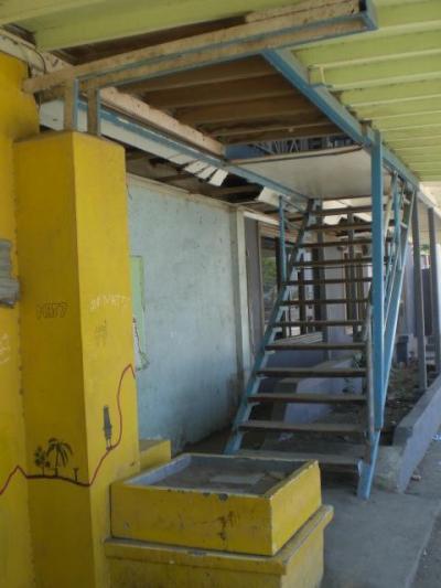 ディリ ビーチ ホテルの2階に通ずる階段は、閉ざされています