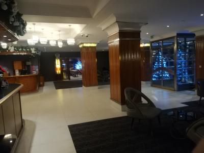 左側がフロント、奥がレストラン、右側にクリスマスツリー