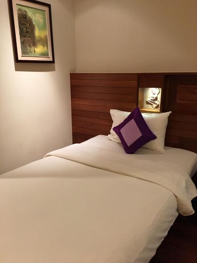 客室のベッド。脇にコンセントがありました