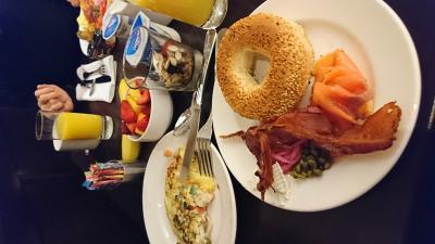 朝食です。ベーグルにサーモン。魚介類が豊富です