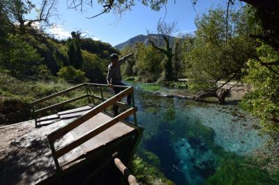 アルバニア、サランダ近くの青い泉「ブルーアイ」