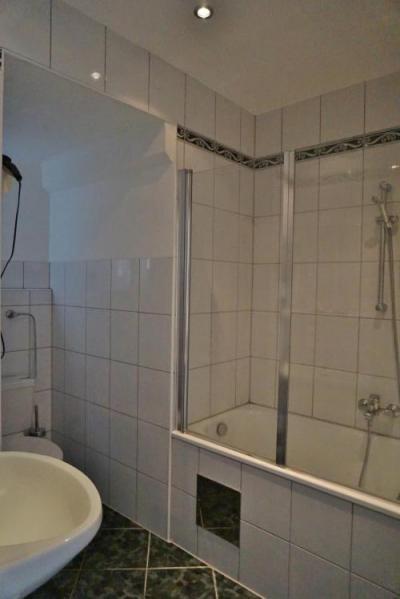 深めのバスタブに便利なハンドシャワー