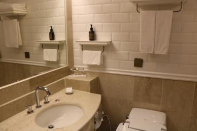 やや狭いオーソドックスなバスルーム