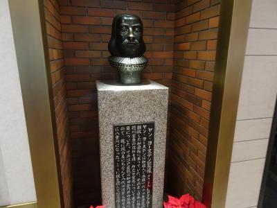 ひっそりと建つ銅像