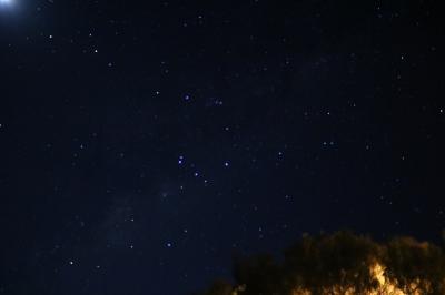 朝4時起きたら、屋根照明が消えていたので、星空を撮影しました