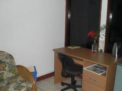 客室内には、机と椅子が置かれています。使いやすい部屋です。