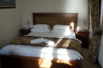 コトル湾に面したオシャレなホテル