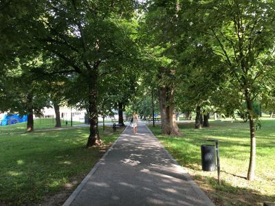 駅までの近道は公園内を突っ切る