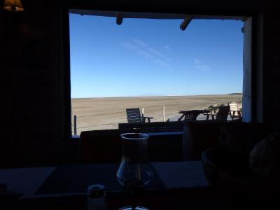 レストランは塩湖ビュー。