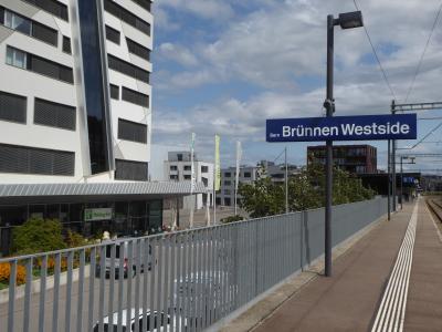 列車とトラムの駅のすぐ前にホテルがあります