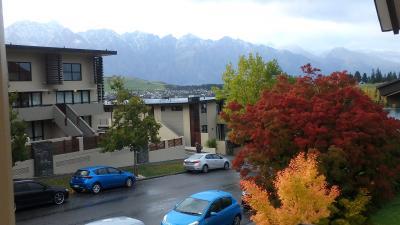 紅葉と、雪をかぶった岩山