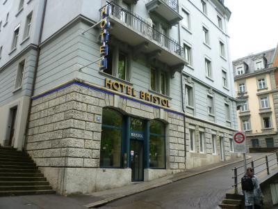 短い坂道に面したホテル外観