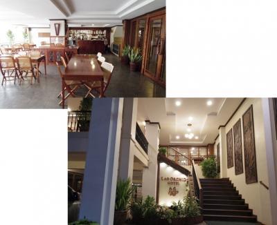 エントランスの階段と,登った後,入口前のバー/朝食スペース。