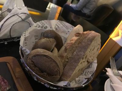 ラウンジでチーズと共に頂いたパン。どれも美味しい!