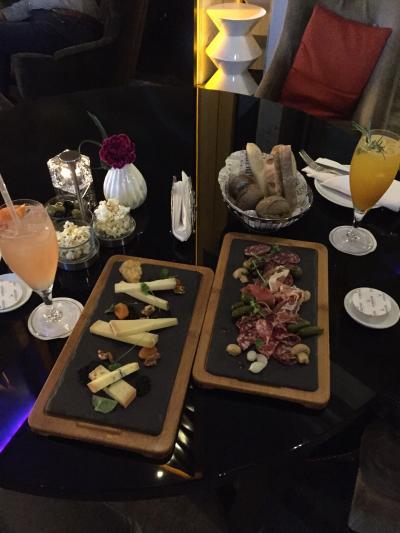 ラウンジでチーズとハムの盛り合わせにてワルシャワの初夜に乾杯